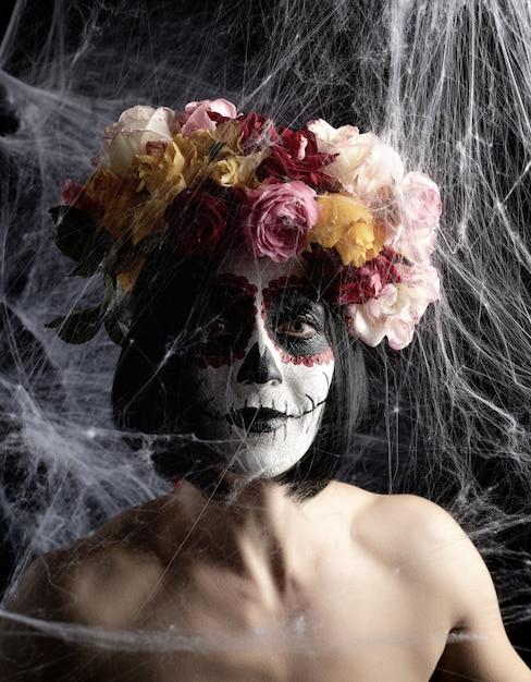 Portrait d'une jeune fille maquillée à l'image de katrina pour les vacances du jour des morts. Photo Premium