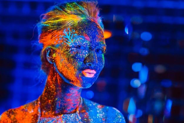 Portrait D'une Jeune Fille Peinte En Poudre Fluorescente. Photo Premium