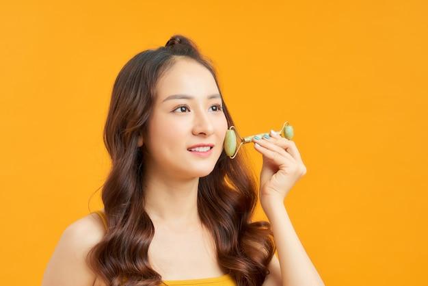 Portrait De Jeune Fille Posant Isolé Sur Mur Orange Photo Premium