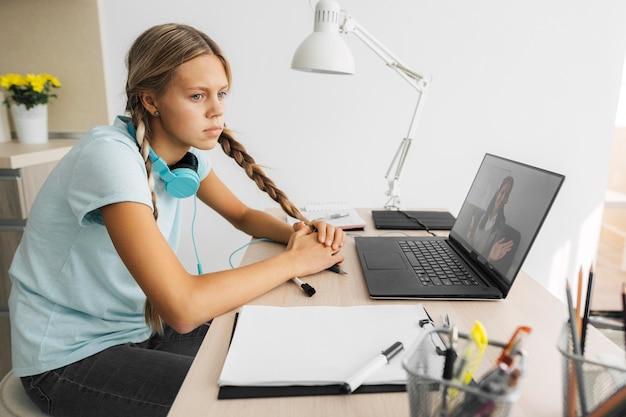 Portrait D'une Jeune Fille Prêtant Attention à La Classe En Ligne Photo gratuit