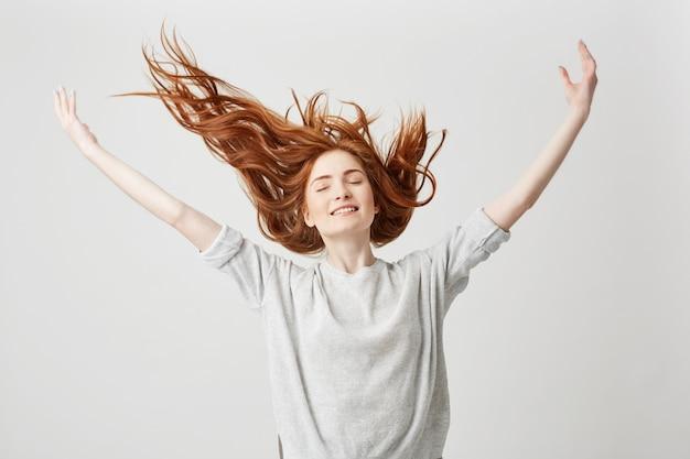 Portrait De Jeune Fille Rousse Belle Joyeuse Souriant Avec Les Yeux Fermés Secouant Les Cheveux. Photo gratuit