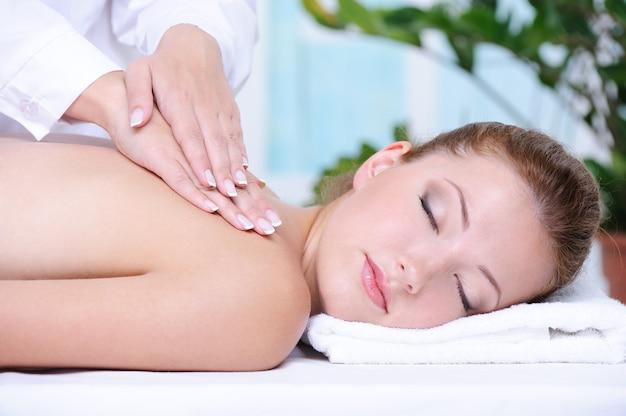 Portrait De Jeune Fille Se Massage Du Dos Et Relaxation Dans Le Salon Spa Photo gratuit