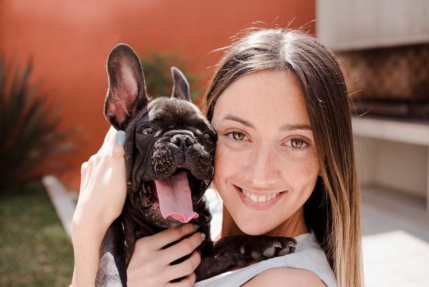 Portrait de jeune fille et son mignon petit chien Photo gratuit