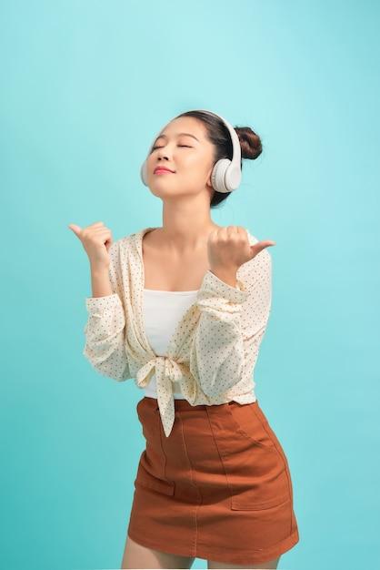 Portrait D'une Jeune Fille Souriante Satisfaite, écouter De La Musique Photo Premium