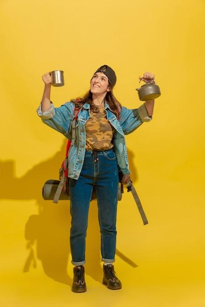 Portrait D'une Jeune Fille De Touriste Caucasienne Joyeuse Isolée Sur Jaune Photo gratuit