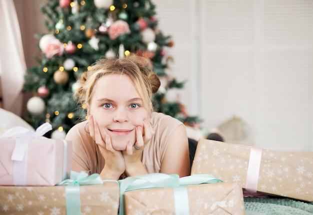 Portrait De Jeune Fille En Vacances De Nouvel An à La Maison. Photo Premium