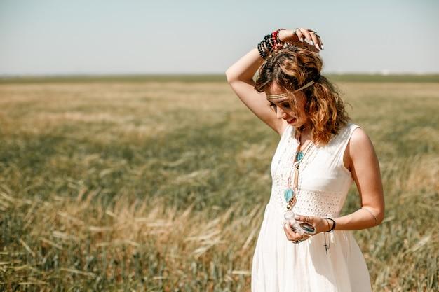 Portrait D'une Jeune Fille Vêtue D'une Robe Blanche Translucide Dans Un Style Boho Ou Hippie Photo Premium