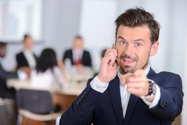 Portrait d'un jeune homme d'affaires en costume. Photo Premium