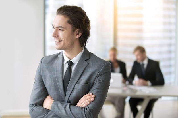 Portrait d'un jeune homme d'affaires souriant Photo gratuit