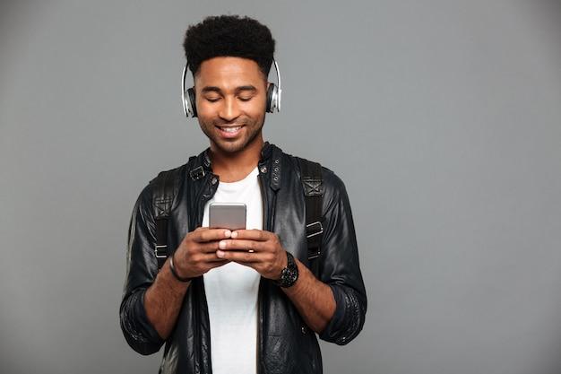 Portrait D'un Jeune Homme Afro-américain Souriant Photo gratuit