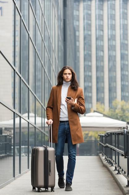 Portrait De Jeune Homme Avec Bagages Photo gratuit