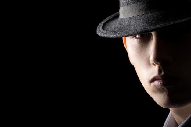 Portrait de jeune homme en chapeau Photo gratuit