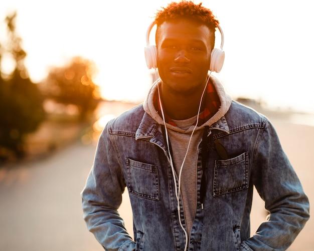 Portrait jeune homme écoutant de la musique Photo gratuit