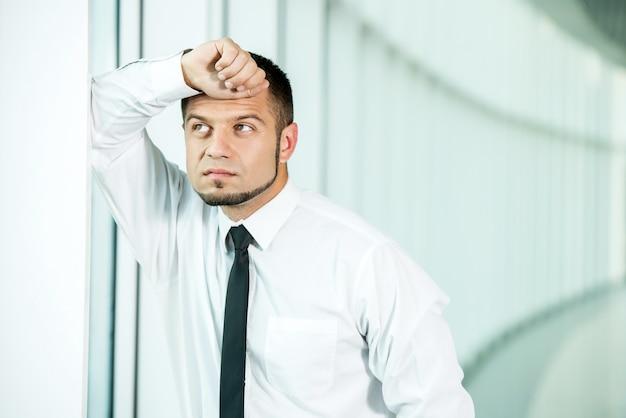 Portrait de jeune homme inquiet, conçu. Photo Premium