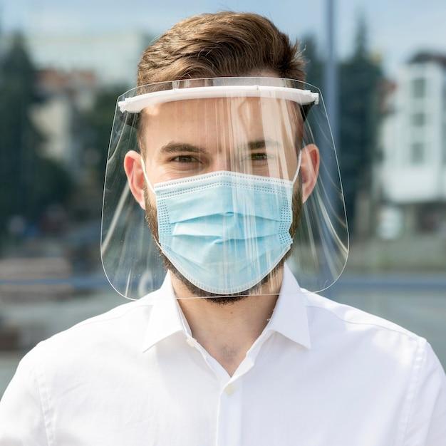 Portrait Jeune Homme Avec Masque Photo gratuit