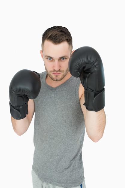 Portrait de jeune homme en position de boxe Photo Premium