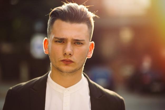 Portrait De Jeune Homme Avec Un Sac à Dos Sur Le Dos Photo gratuit