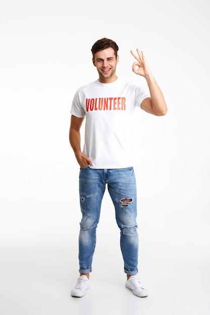 Portrait D'un Jeune Homme En T-shirt Bénévole Photo gratuit