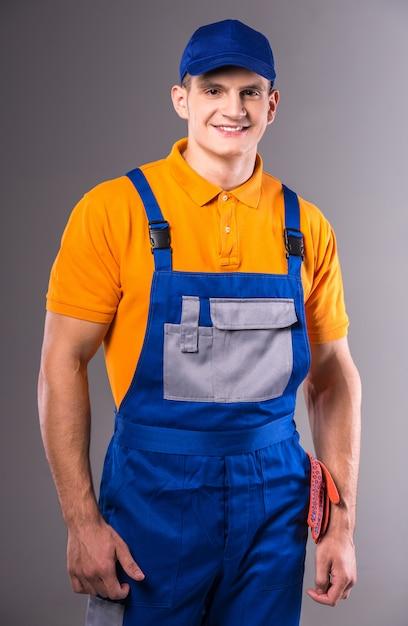 Portrait d'un jeune homme en tenue de travail. Photo Premium
