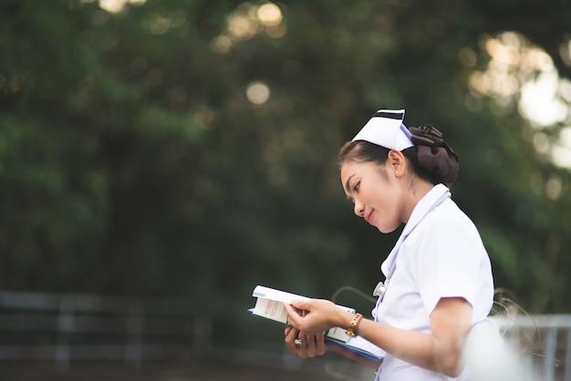 Portrait d'une jeune infirmière coiffée d'un chapeau blanc Photo Premium