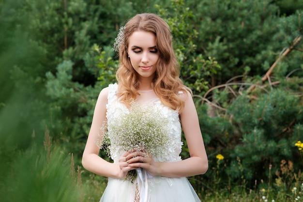 Portrait De Jeune Jolie Femme (mariée) En Robe De Mariée Blanche à L'extérieur, Coiffure Photo Premium