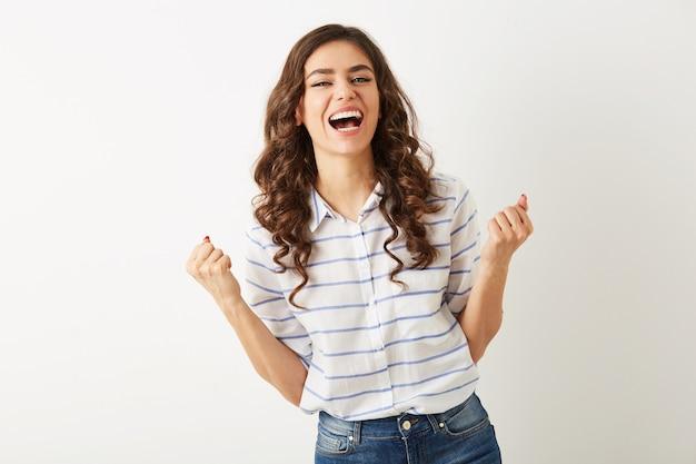 Portrait Jeune Jolie Femme Riant Avec L'expression Du Visage émotionnel, Tenant Les Mains, Succès, Gagnant, Habillé En Chemise Isolé, Heureux, Humeur Positive, Sourire Sincère, Longs Cheveux Bouclés, Dents Blanches Photo gratuit