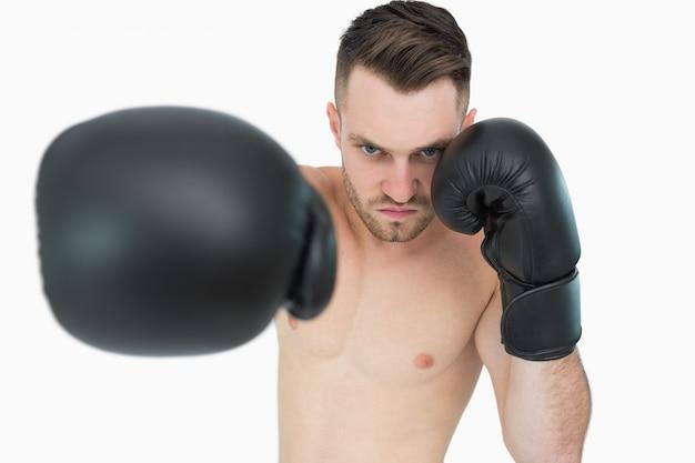 Portrait, de, jeune, mâle, boxeur, poinçonnage, sur, fond blanc Photo Premium