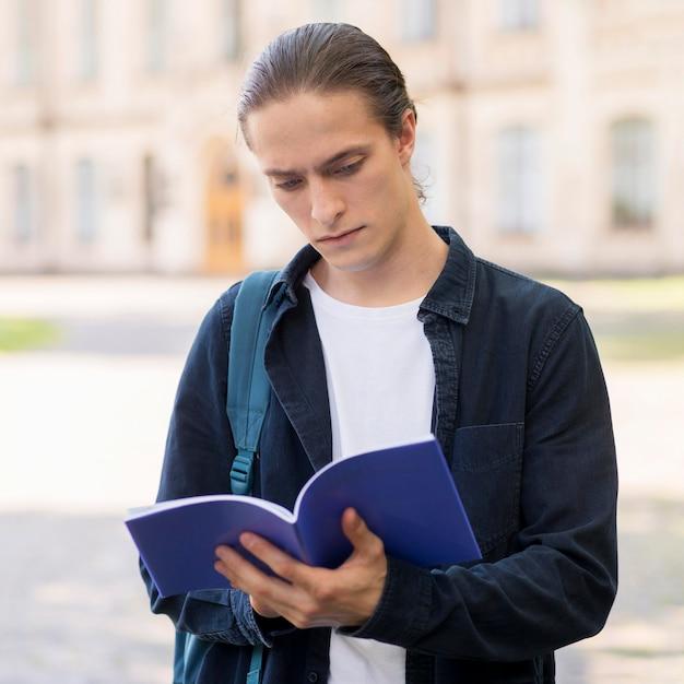 Portrait, De, Jeune, Mâle, étudiant, Lecture Photo gratuit