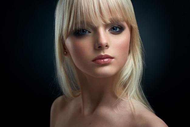 Portrait D'une Jeune Mannequin Aux Cheveux Blonds Photo Premium
