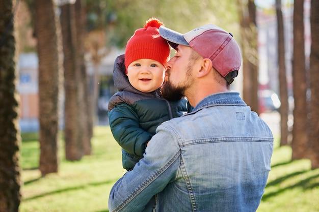 Portrait d'un jeune père heureux marchant avec son petit fils Photo Premium