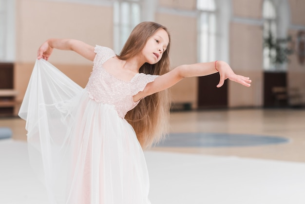 Portrait de jeune petite fille dansant Photo gratuit