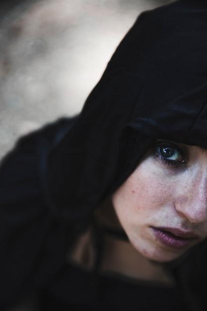 Portrait de jeune sorcière à la capuche Photo gratuit