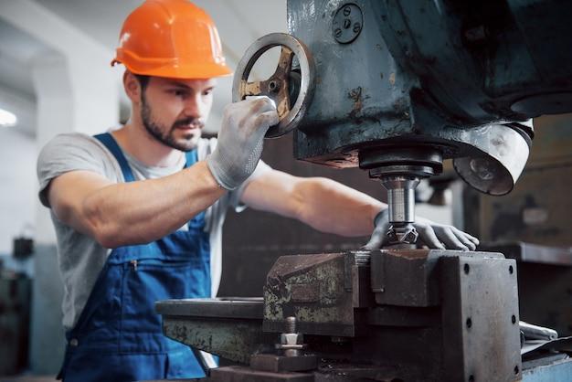 Portrait D'un Jeune Travailleur Dans Un Casque Dans Une Grande Usine De Métallurgie. Photo gratuit