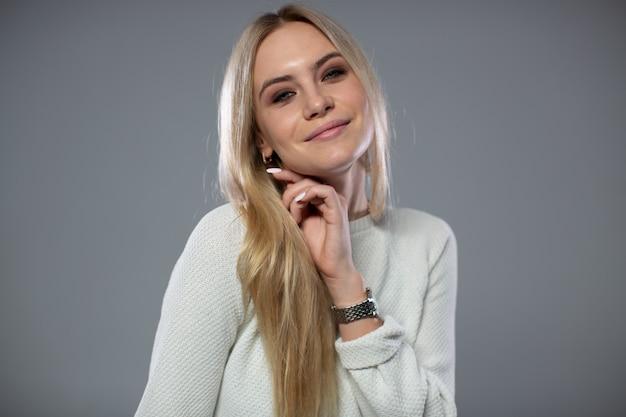 Portrait D'une Jolie Blonde Souriante. Photo Premium
