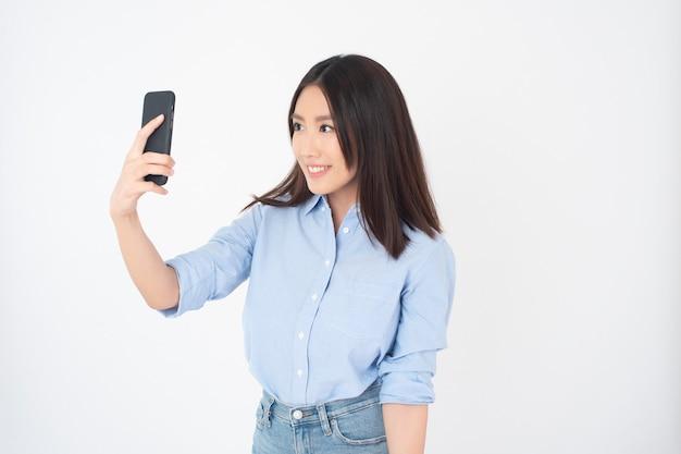 Portrait De Jolie Femme Asiatique Sur Mur Blanc Photo Premium