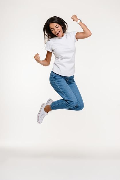 Portrait D'une Jolie Femme Joyeuse Sautant Photo gratuit