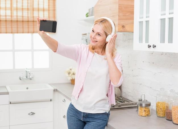 Portrait De Jolie Femme Prenant Un Selfie Photo gratuit