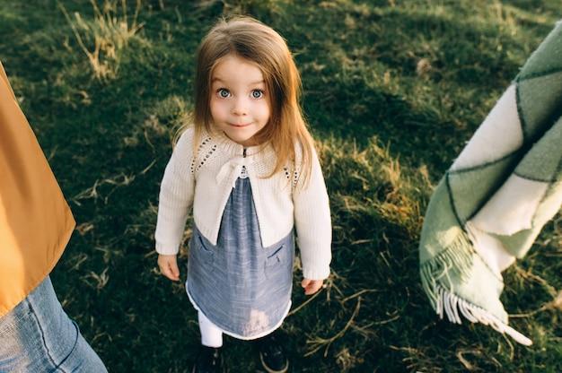 Portrait d'une jolie fille belle et heureuse qui traverse le champ ensoleillé Photo Premium
