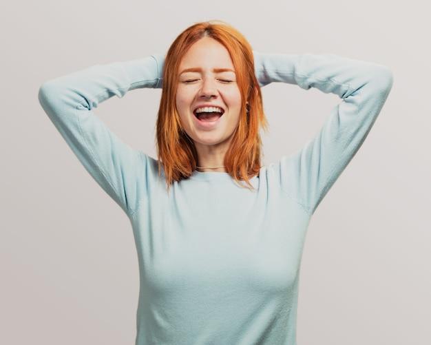 Portrait d'une jolie fille rousse criant Photo Premium