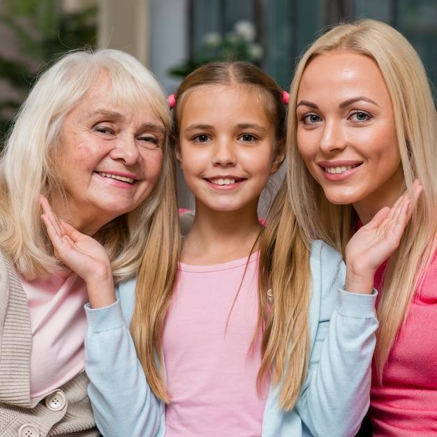 Portrait de jolie fille et sa famille Photo gratuit