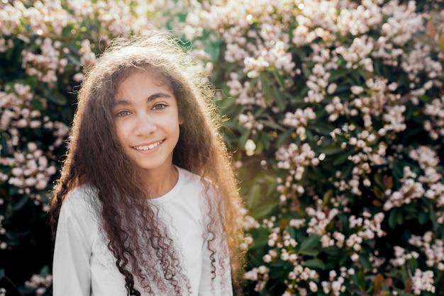 Portrait d'une jolie fille souriante au soleil Photo gratuit