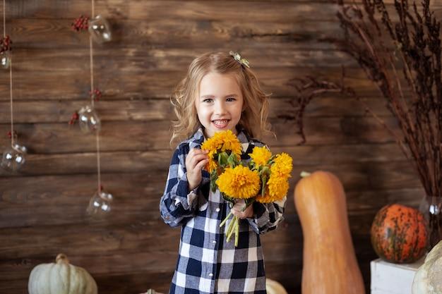 Portrait De Jolie Fille Souriante Avec Bouquet De Fleurs Jaunes Photo Premium