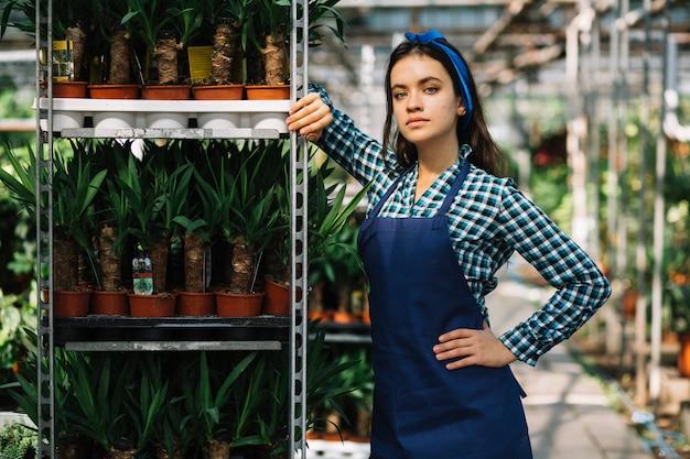 Portrait d'une jolie jardinière Photo gratuit
