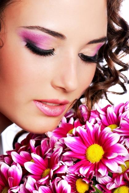 Portrait De Jolie Jeune Femme Avec Chrysanthème Photo gratuit