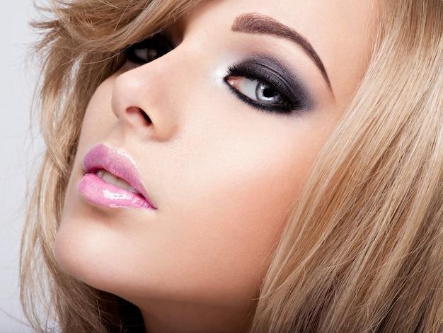 Portrait De Jolie Jeune Femme Avec Un Maquillage Lumineux. Belle Brune. Photo gratuit