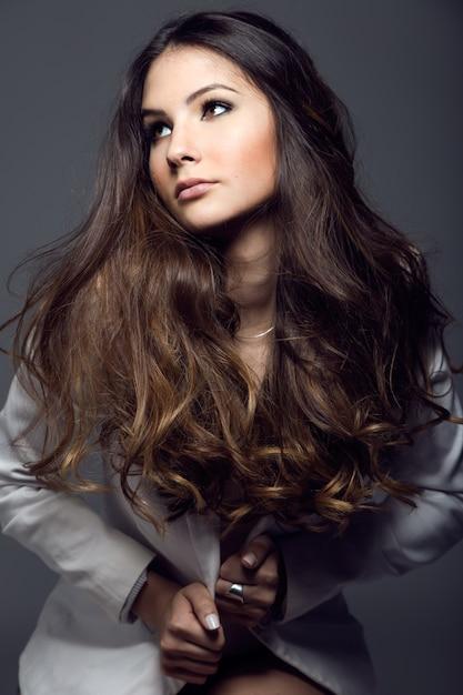Portrait d'une jolie jeune femme posant dans la photo du studio. Photo gratuit