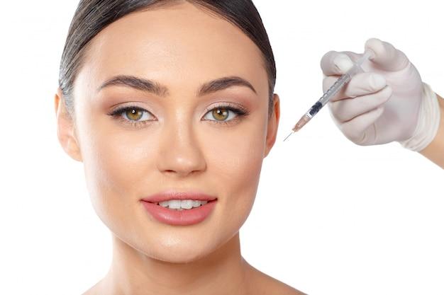 Portrait d'une jolie jeune femme recevant un traitement de botox. Photo Premium