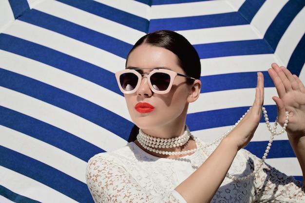 Portrait d'une jolie jeune femme en robe de dentelle blanche Photo Premium