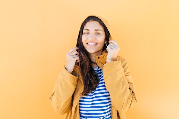 Portrait d'une jolie jeune femme tenant une veste à capuche Photo gratuit