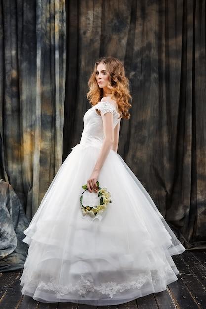 Portrait de jolie mariée en robe de mariée Photo Premium